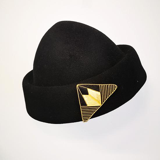broche aimantée suzanne sur chapeau noir