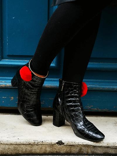 petits pompons rouges sur chaussures noires