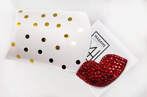 """Broche aimantée en strass de verre rouge """"petula dans sa boite cadeau à poids dorée"""