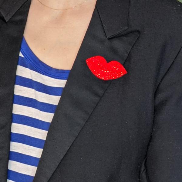 broche aimanté en strass Petula sur une veste noire