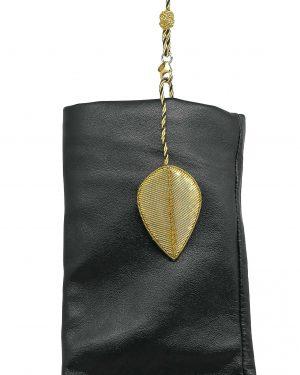 bijou de gants Générale brodé à la main en forme de feuille aimanté attaché à un gant noir