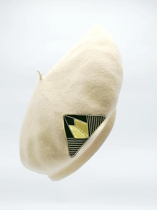 broche aimantée suzanne sur béret blanc