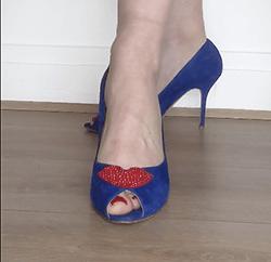 broche aimantée petula sur chaussure bleue