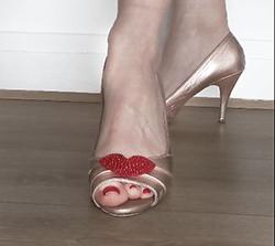 broche aimantée Petula sur chaussure dorée