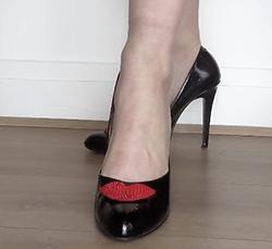 broche aimantée sur chaussure noire